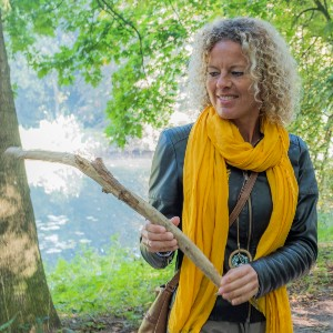 houtmoed vrouw met stok in hand