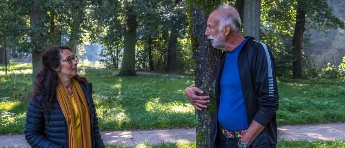 houtmoed in gesprek met man bij boom