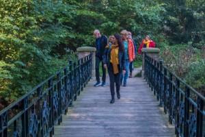 Hoetmoed lopen over brug